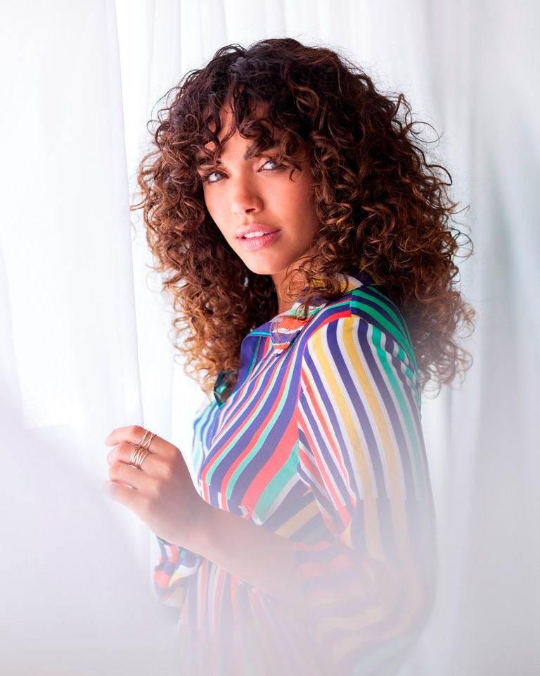 (Foto: Guilherme Lima/ Styling: Tracy Rato/ Make: Yago Maia/ Créditos: Vestido Morena Rosa | Acessórios Lilac)