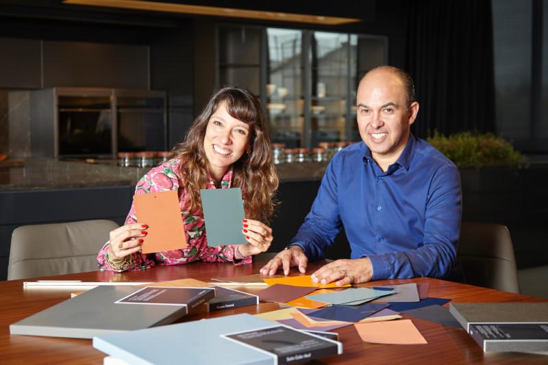 A estilista Isabela Capeto e o diretor de marketing, pesquisa e desenvolvimento da Dell Anno, Edson Busin (Foto: Divulgação)
