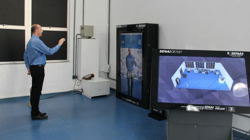 Robson Wanka, gerente de educação do SENAI CETIQT, simulando o uso da Planta da Confecção 4.0 (Foto: Divulgação)