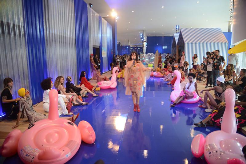 A cantora Jhê Delacroix abriu o primeiro dia de desfile do coletivo relâmpago, ação que visa aproximar o público da moda (Foto: Sebastião Jacinto Júnior)