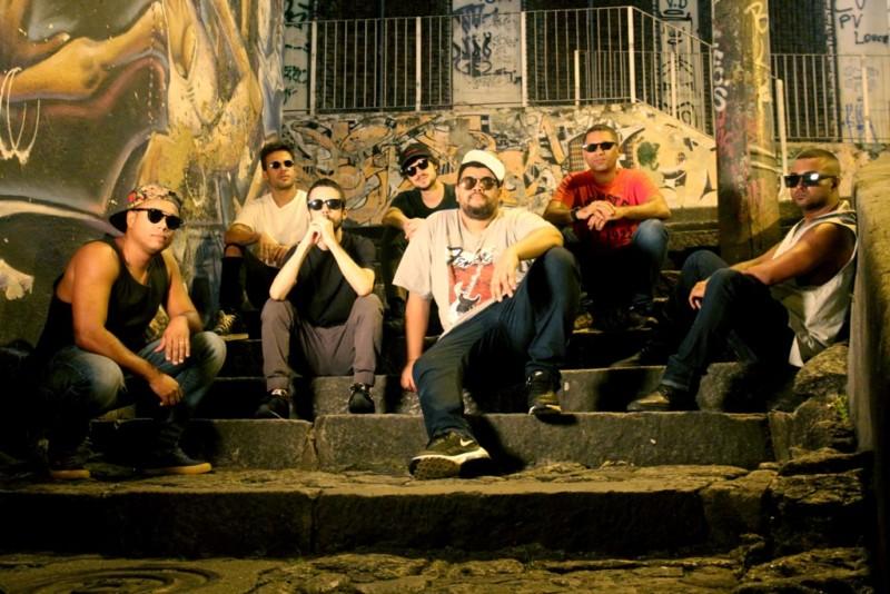 Babu Santana e a banda Os Cabeças de Água Viva se apresentam no Sesc Ramos no Dia do Trabalhador