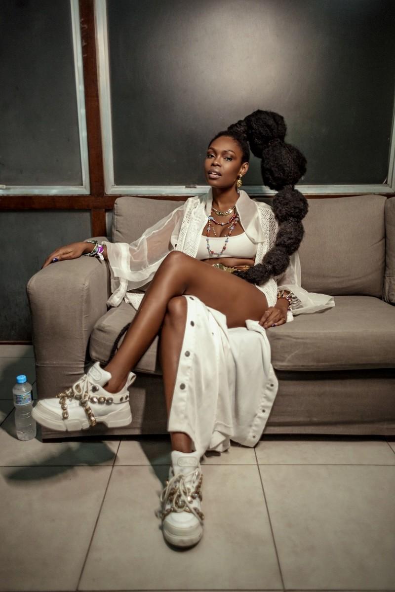 Como toda boa menina baiana Xênia França usa brancos nas sextas-feiras saudando Oxalá (Foto: Lilo Oliveira/ Coletivo As Marias)