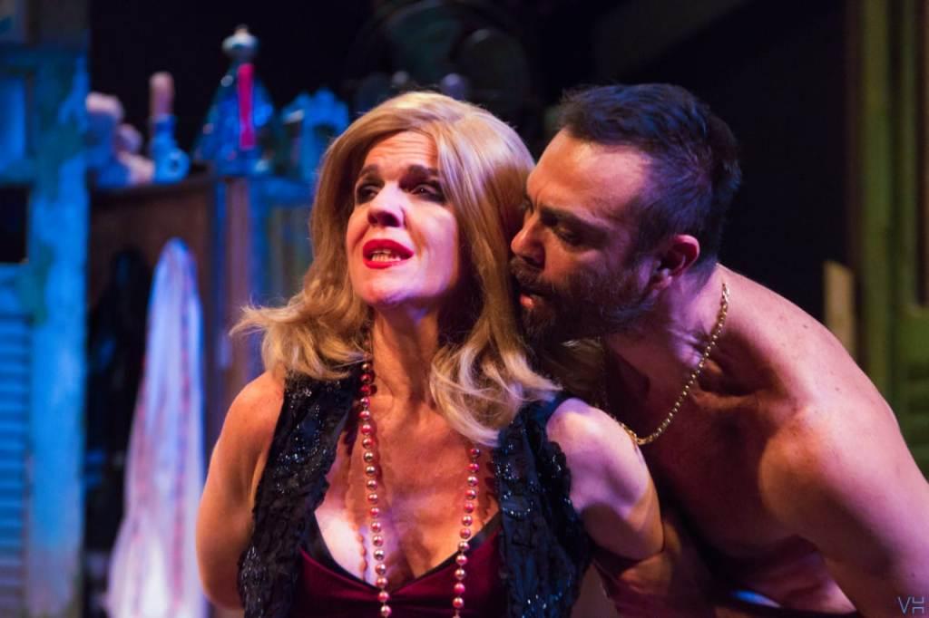 A prostituta decadente e o cafetão mantêm uma relação doentia de dependência (Foto de Victor Hugo Cecatto)