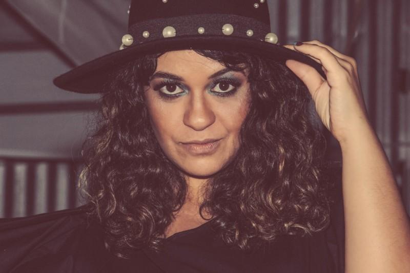 A cantora Tulipa Ruiz minutos antes de se apresentar no Palco Sesc, na edição de 20 anos do DFB Festival (foto: Leonardo Pequiar)