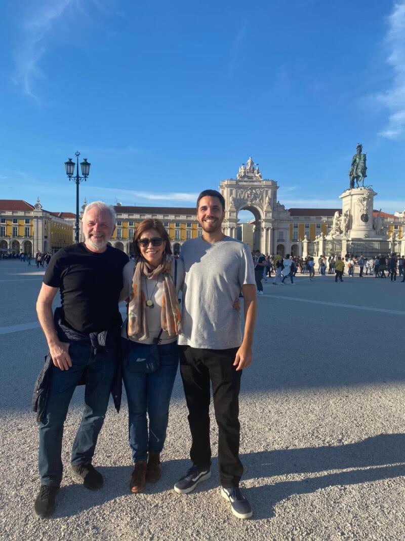 Henri e Teresa com o filho, João Pedro, na Praça do Comércio, antigo Terreiro do Paço, em Lisboa, Portugal (Foto: Arquivo Pessoal)